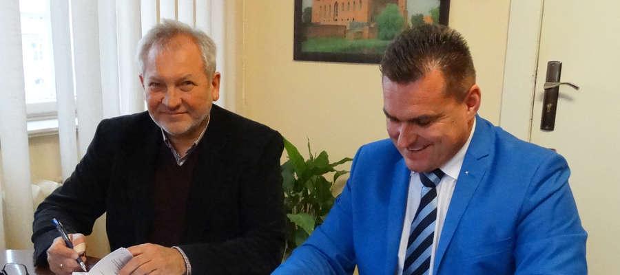 Wójt Fabian Andrukajtis i dyrektor Krzysztof Wołodko podpisali umowę na remont drogi do Pilnika