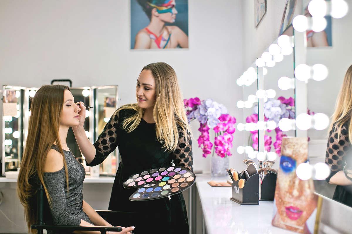 Głowa na ślub gotowa - zadbaj o modną fryzurę i makijaż - full image