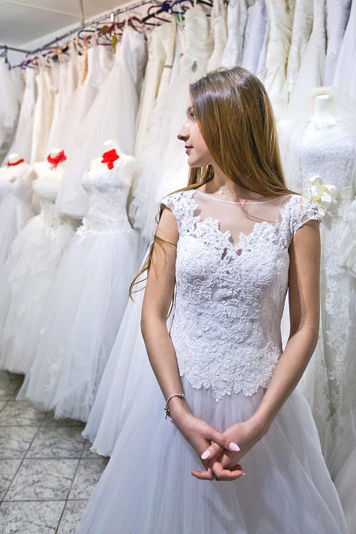 Suknia ślubna jak z bajki, czyli co nosi modna panna młoda - full image