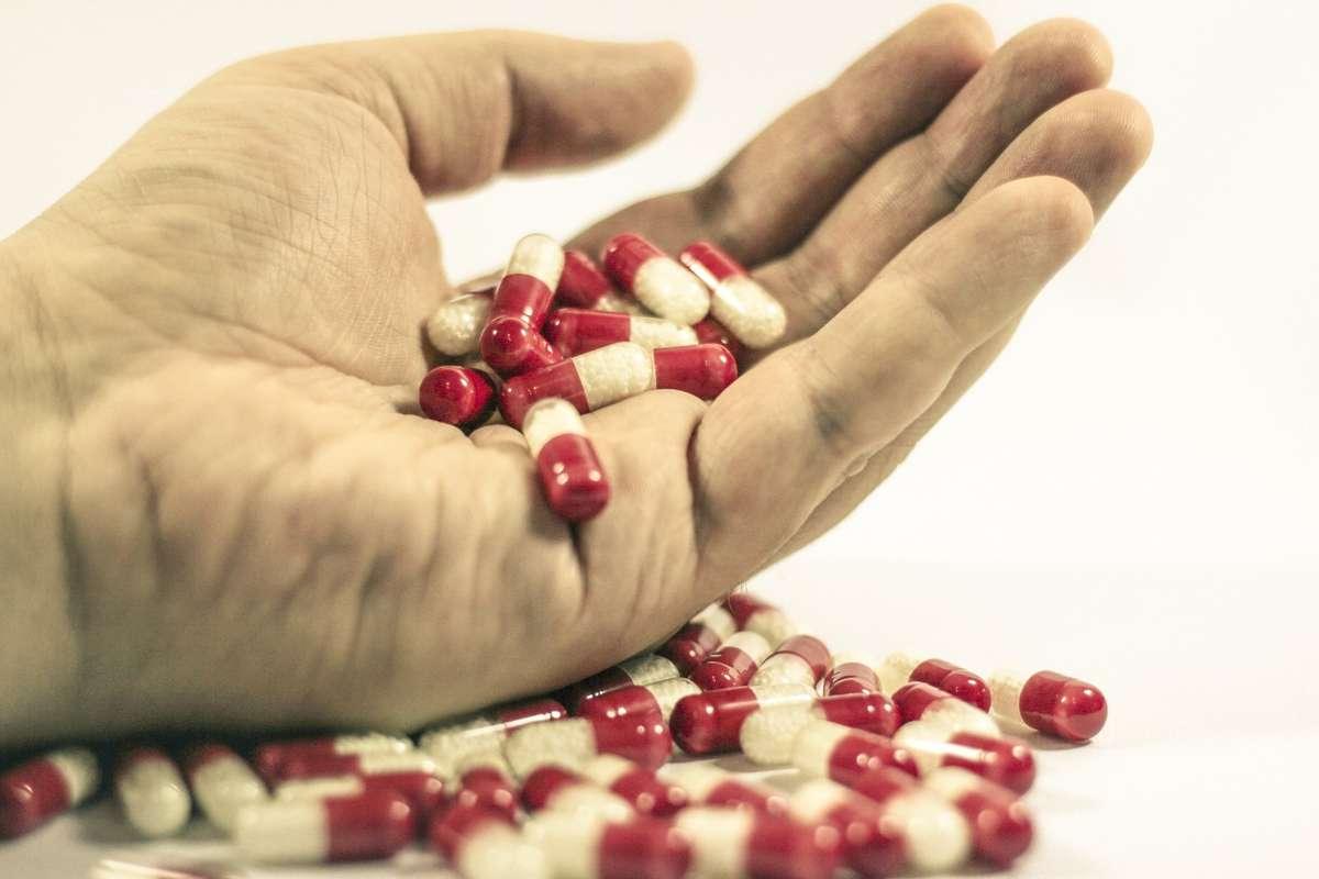 Możesz leczyć się sam i łykać leki garściami, ale najlepszą metodą jest... wizyta u lekarza. - full image