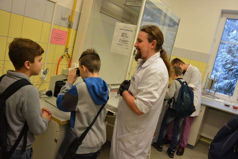 Młodzi goście Nocy Biologów w jednym z laboratoriów Collegium Biologiae UW-M - full image