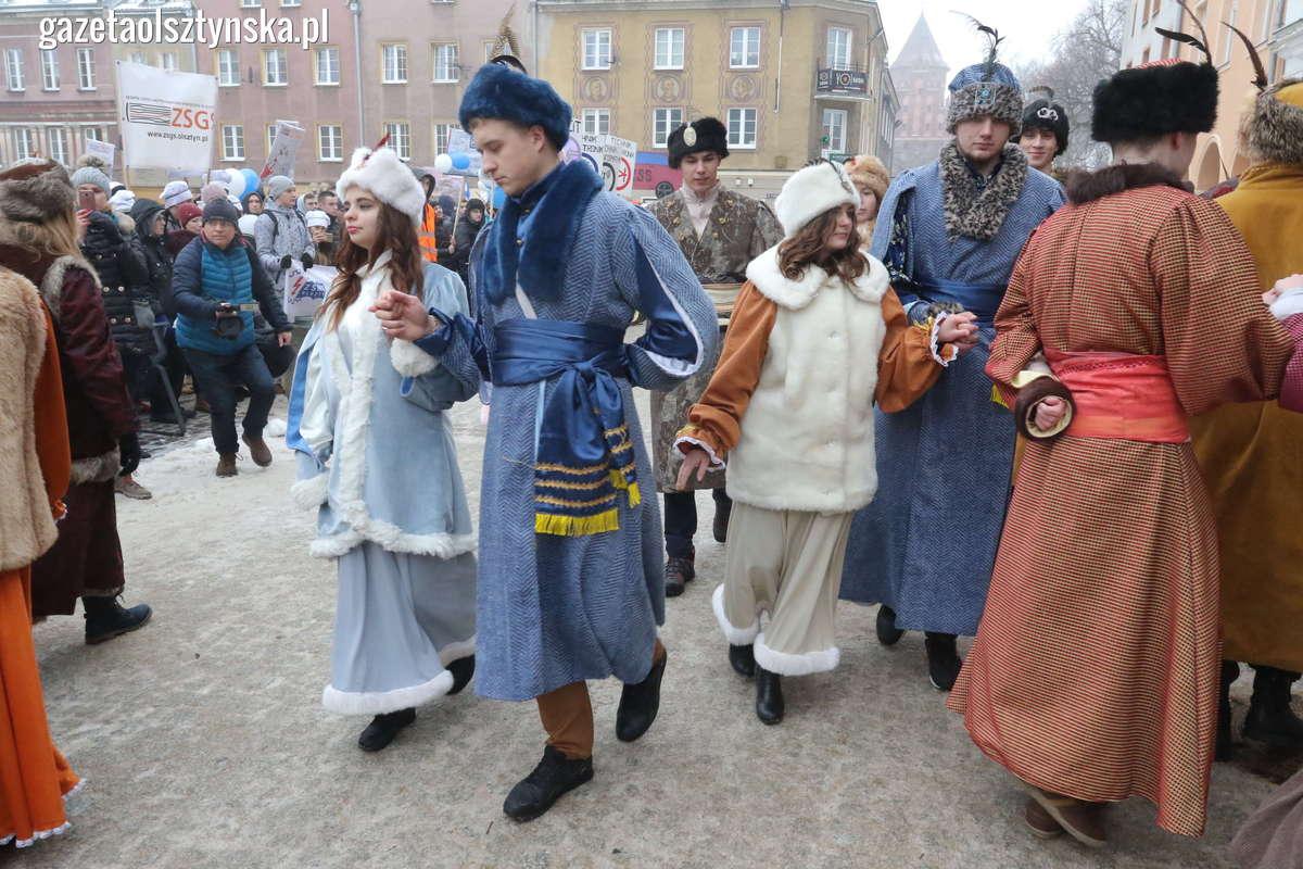 Zatańczyli poloneza na Starym Mieście. Zobacz film i zdjęcia! - full image
