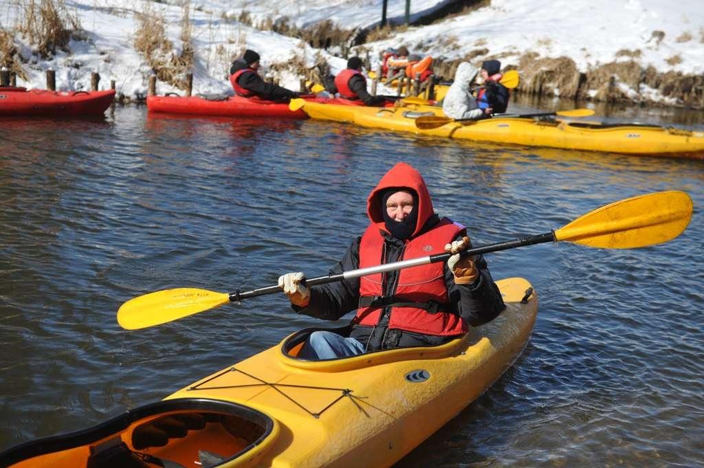 Zimowe spływy kajakowe to wyzwanie dla odważnych - full image