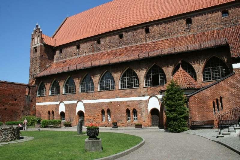 Widok na olsztyński zamek od strony dziedzińca - full image