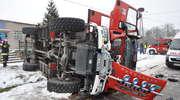 Wóz strażacki wpadł w poślizg i się przewrócił. Jednego z poszkodowanych strażaków zabrał helikopter