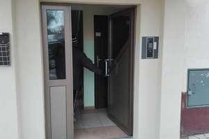 To jak te drzwi powinny się otwierać?