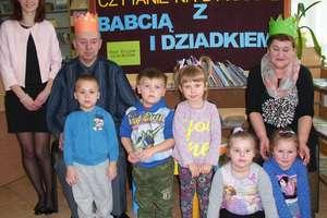 Czytanie na dywanie z Babcią i Dziadkiem