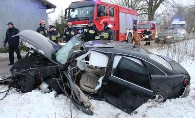 Audi uderzyło w budynek mieszkalny. Trzy osoby trafiły do szpitala