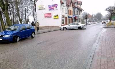 """21-letni kierowca BMW wyprzedzał na przejściu dla pieszych. Skończyło się """"jedynie"""" stłuczką"""
