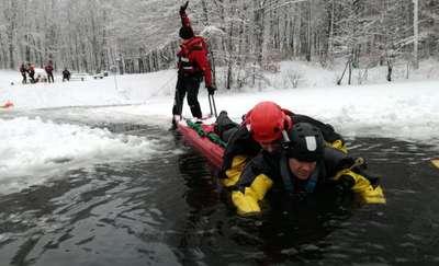 Strażacy ćwiczyli ratownictwo lodowe na Jeziorze Martwym