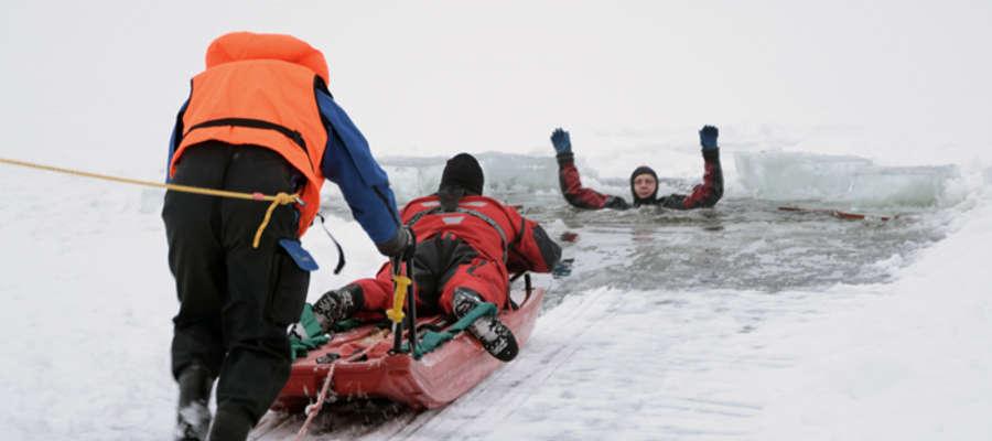 Strażacy pokażą techniki ratownicze stosowane na lodzie. Zdjęcie z pokazu w roku 2016.