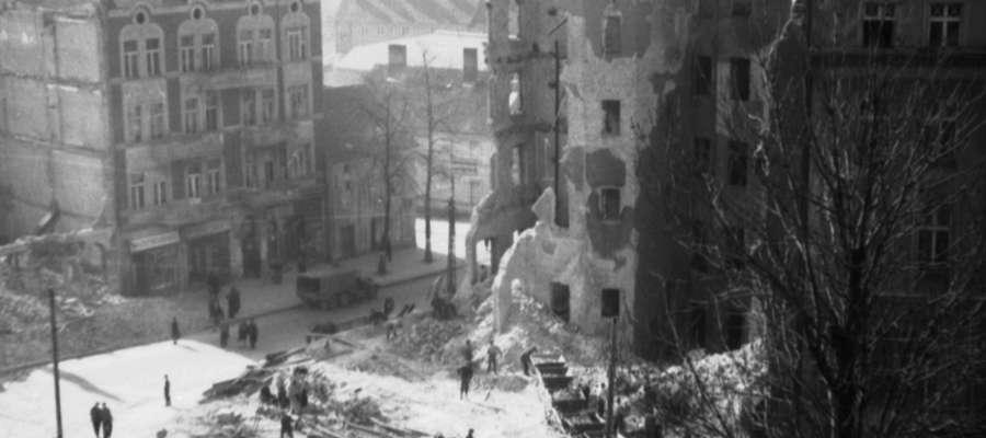 Zdaniem prof. Witolda Gieszczyński o dacie 22 stycznia 1945 roku w ogóle nie powinno uczyć się w szkołach (na zdj. Plac Wolności w Olsztynie, 1945)