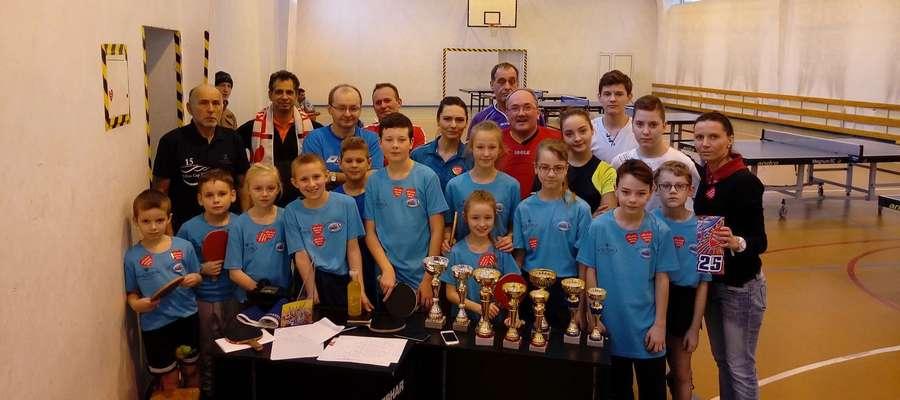 Zgodnie z wieloletnią tradycją WOŚP w sali sportowej przy ul. Asnyka w Iławie rozegrano otwarty turniej tenisa stołowego, na zdjęciu jego uczestnicy