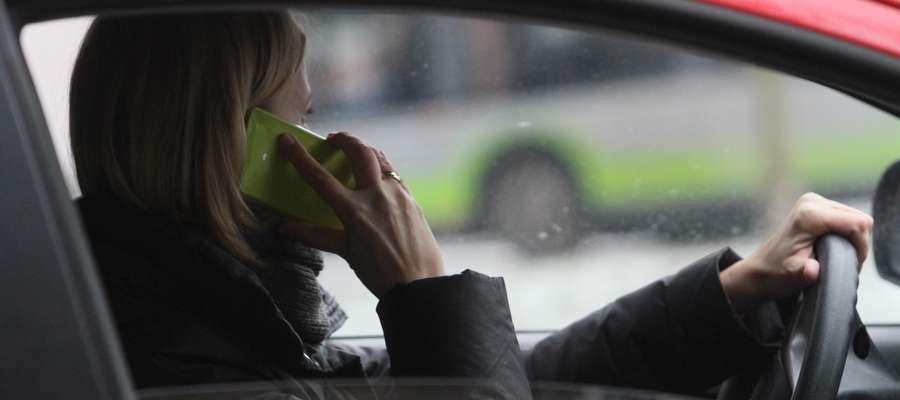 Komórka w samochodzie  OLSZTYN- ilustracja do tematu o mandatach za rozmowę przez telefon komórkowy.