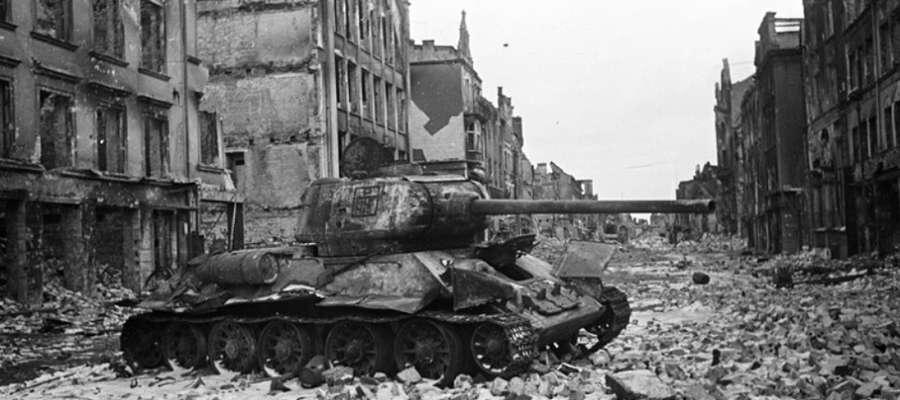 Jeden ze zniszczonych czołgów przez wiele powojennych miesięcy stał na Starym Rynku, niedaleko Bramy Targowej