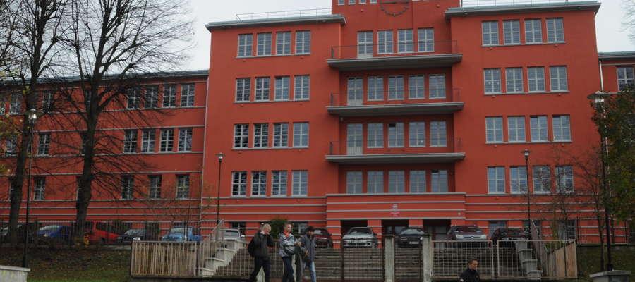 Sportowa Szkoła Podstawowa nr 3 mieści się w budynku przy ul. Agrykola