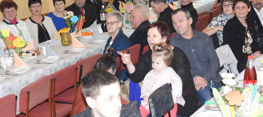 Babcie i dziadkowie zebrani w świetlicy wiejskiej w Gwiździnach