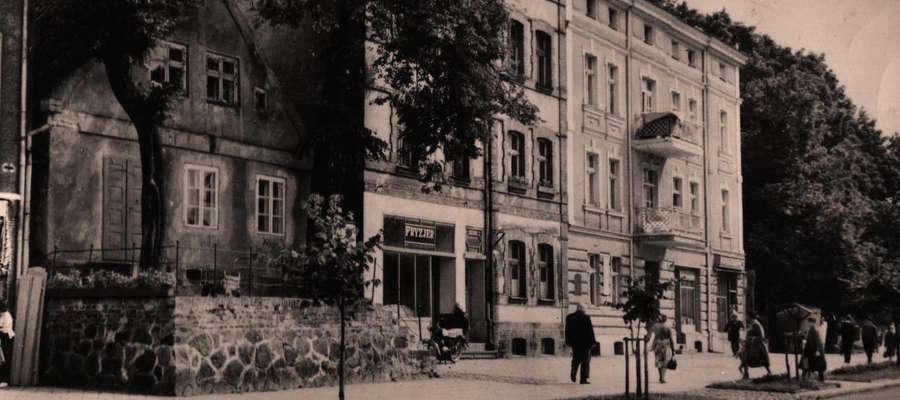 Miejsce na ulicy Warszawskiej w Giżycku, gdzie stał dom rodzinny Wojciecha Kętrzyńskiego. Ujęcie z lat 60-tych ub. wieku