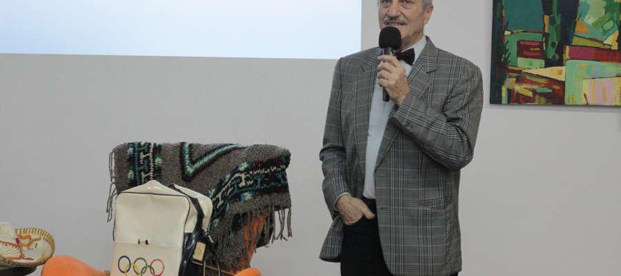 Antoni Pacyński podczas spotkania w bartoszyckiej bibliotece
