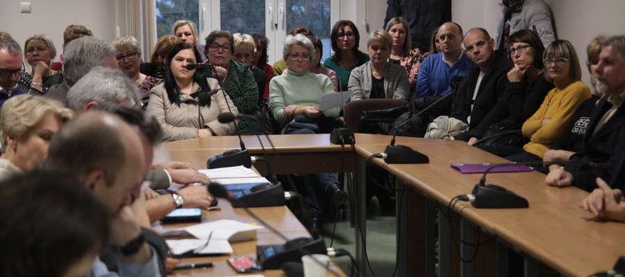 Podczas obrad komisji oświaty rodzice usłyszeli deklarację burmistrza Petrykowskiego, że nie zamierza niczego zmieniać w sieci szkół podstawowych w mieście.
