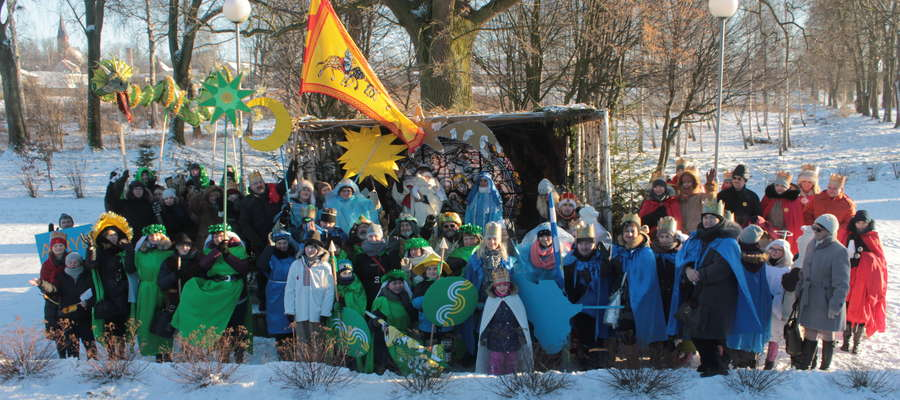 Pamiątkowe zdjęcie uczestników drugiego w historii Bisztynka Orszaku Trzech Króli.