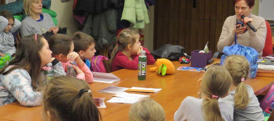 """Podczas warsztatów """"Pomagam bo umiem"""" dzieci nauczą się jak pomóc osobom niewidomym."""