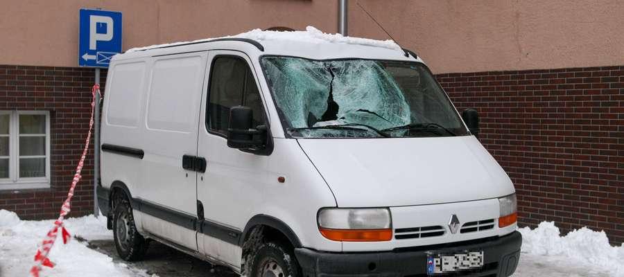 Urzędniczka spadła wprost na maskę zaparkowanego samochodu