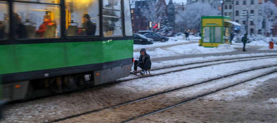 Mężczyzna przyczepił sanki do tramwaju