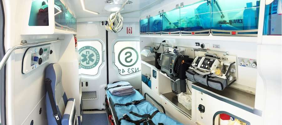 Ambulans jest wyposażony w najnowocześniejszy sprzęt medyczny