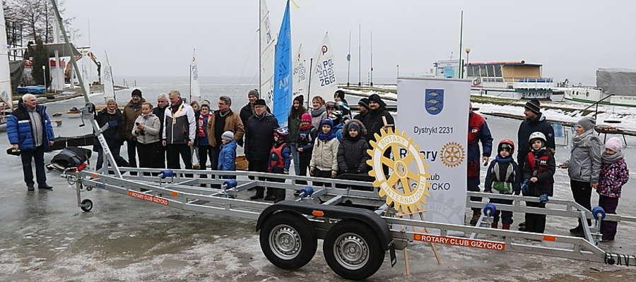 Przekazanie przyczepy do holowania łodzi