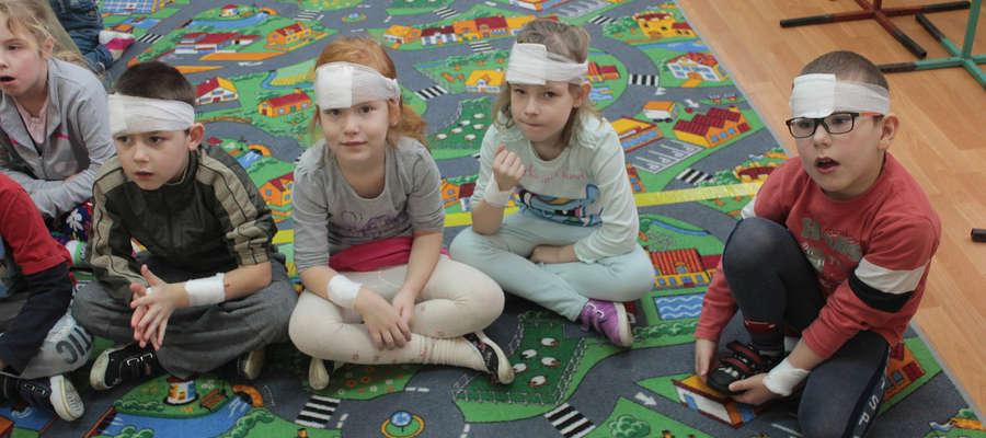 Przedszkolaki ćwiczyły opatrywanie ran głowy i kończyn.