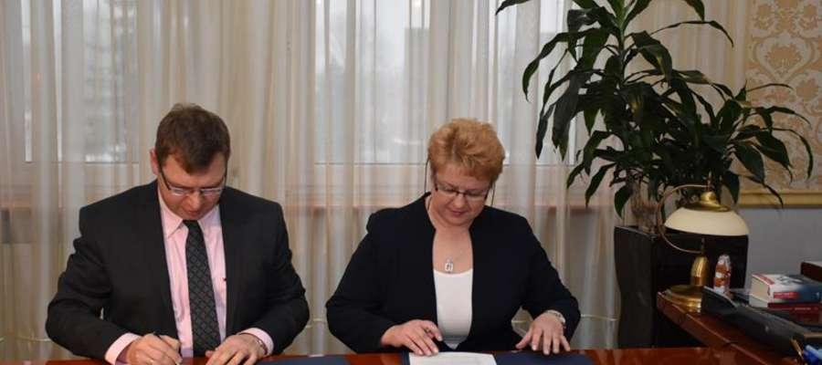 Umowę bezterminowego użyczenia sprzętu z burmistrz Sępopola Ireną Wołosiuk podpisał wojewoda Artur Chojecki