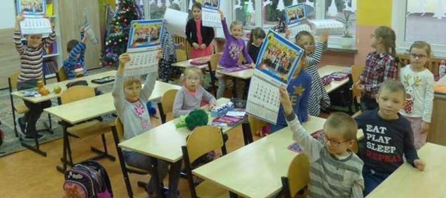 Dzieci pokazują nowe kalendarze