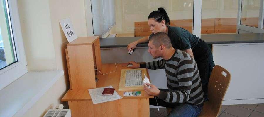 Celniczka pomaga Rosjaninowi wypełnić zgłoszenie Tax Free