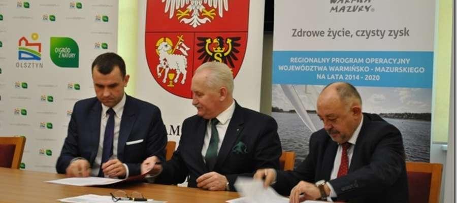 Wójt Bartłomiej Kłoczko podpisuje umowę na dofinansowanie projektu, w ramach którego zostanie zakupiony wóz strażacki dla OSP Kruklanki