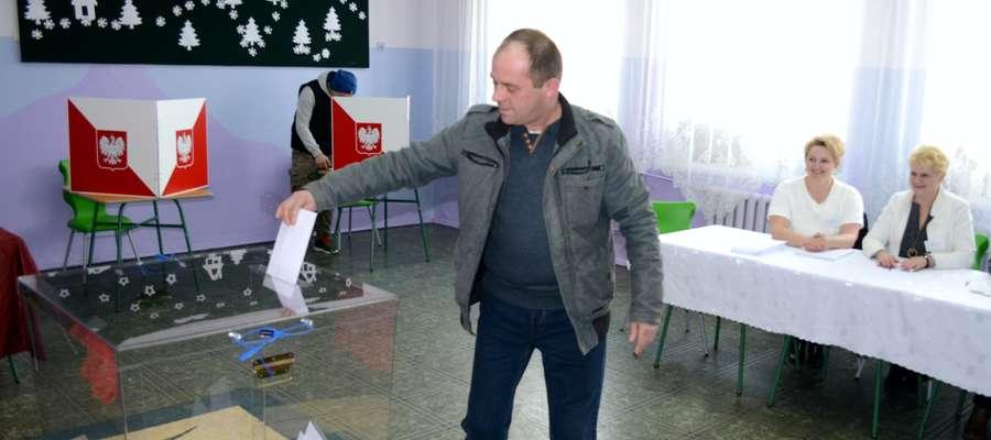Głosowanie w lokalu wyborczym w dzierzgowskim gimnazjum