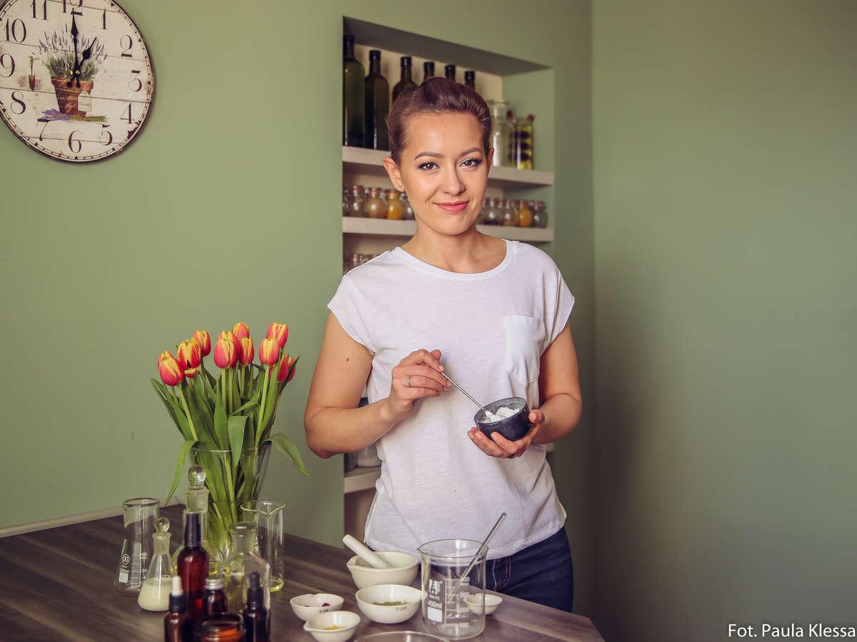 - W domu jesteśmy w stanie zrobić niemal wszystkie kosmetyki, od kremów i balsamów, po szampony - mówi Paulina. - full image