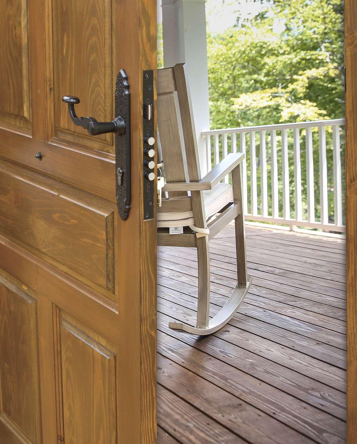 Rustykalna klamka w nowoczesnym drzwiach - full image