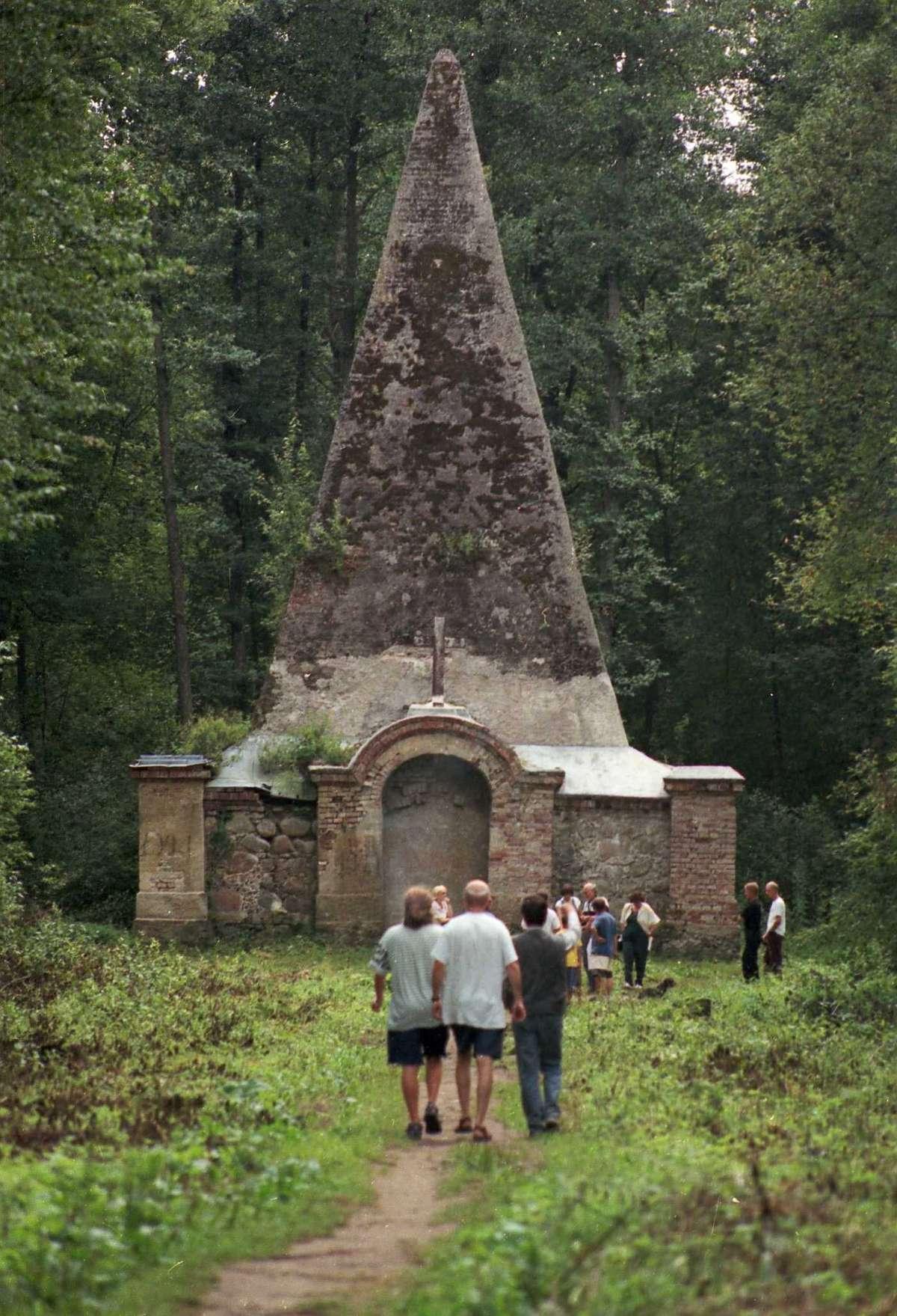 Piramida w Rapie to atrakcja turystyczna na Mazurach. Obiekt z XVIII wieku jest w fatalnym stanie   - full image