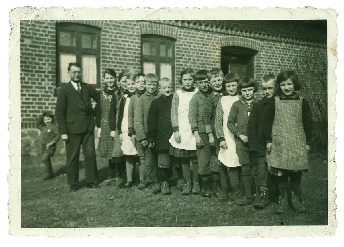 Uczniowie szkoły w Stanclewie, do której Anna Łubieńska sprowadzała nauczycieli z Wielkopolski (zdjęcie z 1934 r.)  - full image