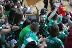 — Robimy wszystko, żeby chłopcy poczuli, że mają wsparcie — mówi Maciej Złotkowski, szef Klubu Kibica olsztyńskich siatkarzy  Fot. Grzegorz Czykwin