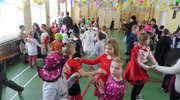 Dzieci ze szkoły w Wojciechach bawiły się podczas balu karnawałowego