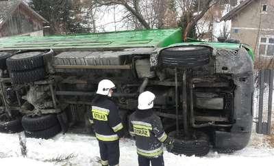 Ciężarówka ze zwierzętami wypadła z drogi. Krowy i byki czekały na transport zastępczy