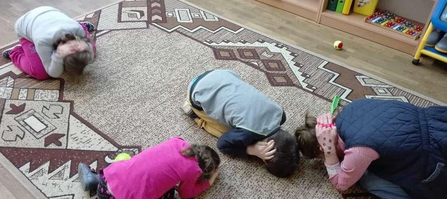 Dzieci poznały pozycję zółwia