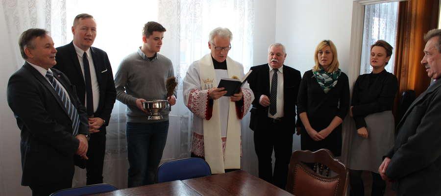 Poseł Waldemar Olejniczak (pierwszy od lewej) w sobotę otworzył biuro w Żurominie