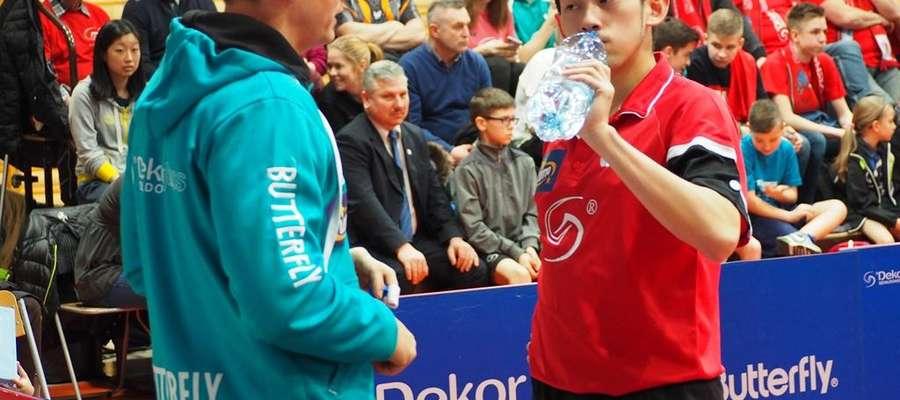 Piotr Kołaciński (z lewej) i zdobywca dwóch punktów dla Dekorglassu Wong Chun Ting fot. zawkrzenskisport.pl
