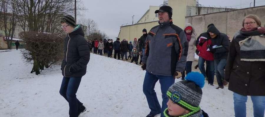 Ulica Gdańska: uczestnicy wycieczki schodzą nad bagienko na Gajerku