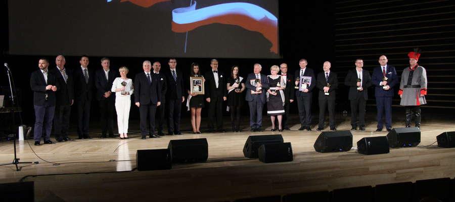"""Wszyscy nagrodzeni podczas ubiegłorocznej gali """"Kosynierzy przedsiębiorczości"""", która odbyła się w olsztyńskiej filharmonii"""
