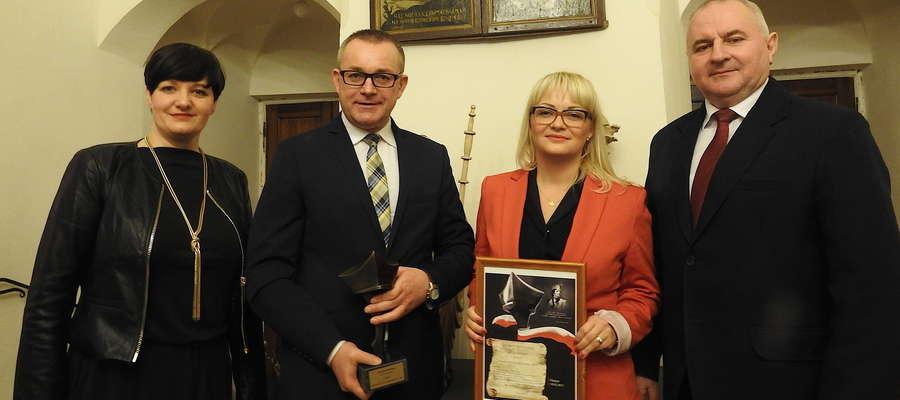 Wojciech Dereszewski (ze statuetką) wraz z delegacją gminy Kurzętnik po wręczeniu wyróżnień