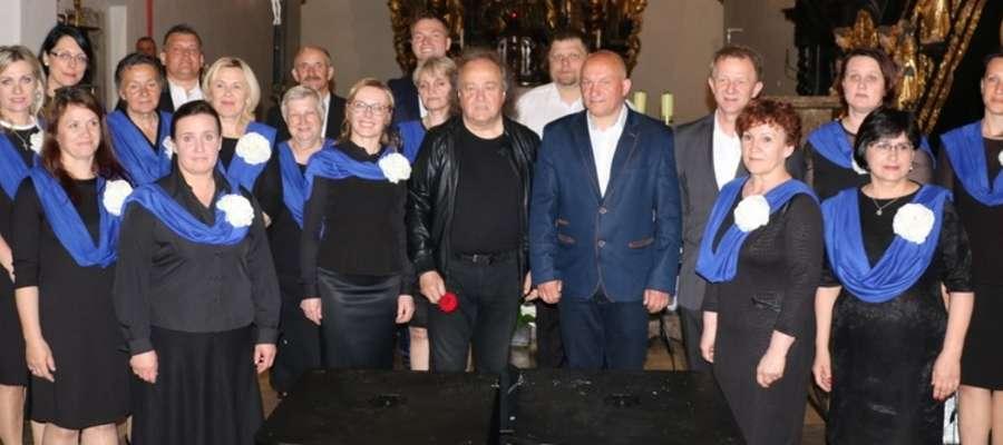 Chór Carmen Gregorianum z Józefem Skrzekiem podczas koncertu Oratorium Pasłęckie